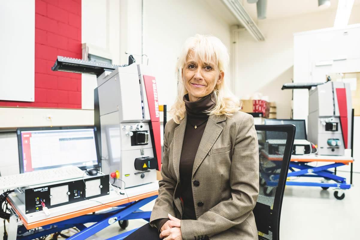Zollverantwortliche von Uster Technologies präsentieren eine elektronische Faserprüfmaschine