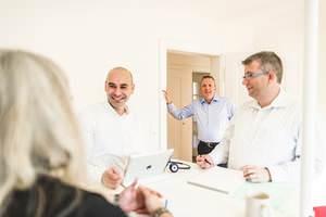Finesolutions Mitarbeiter helfen einem Kunden bei der Ursprungsüberprüfung seiner Waren