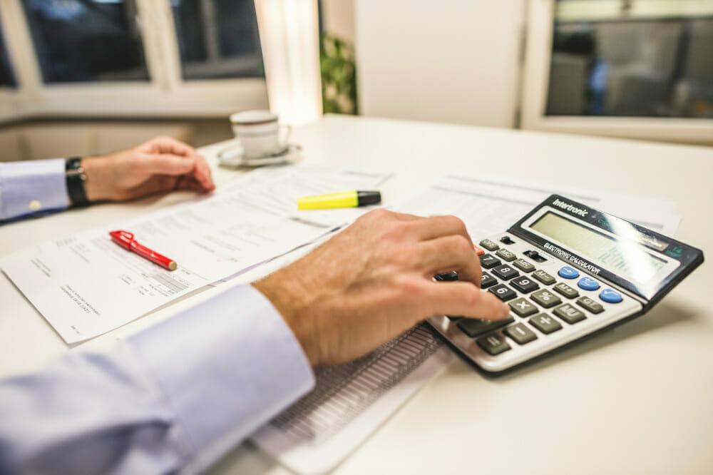 Rechnen Sie mit einem Taschenrechner den genauen Warenwert mittels Devisenkurs EZV um.