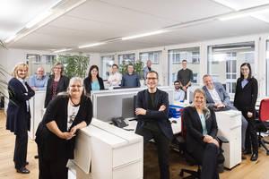 Teamfoto der finesolutions Mitarbeiter im Büro in Zürich