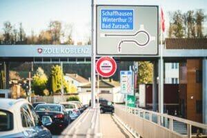 Autos im stockenden Verkehr vor einem Grenzübergang von der Schweiz nach Deutschland