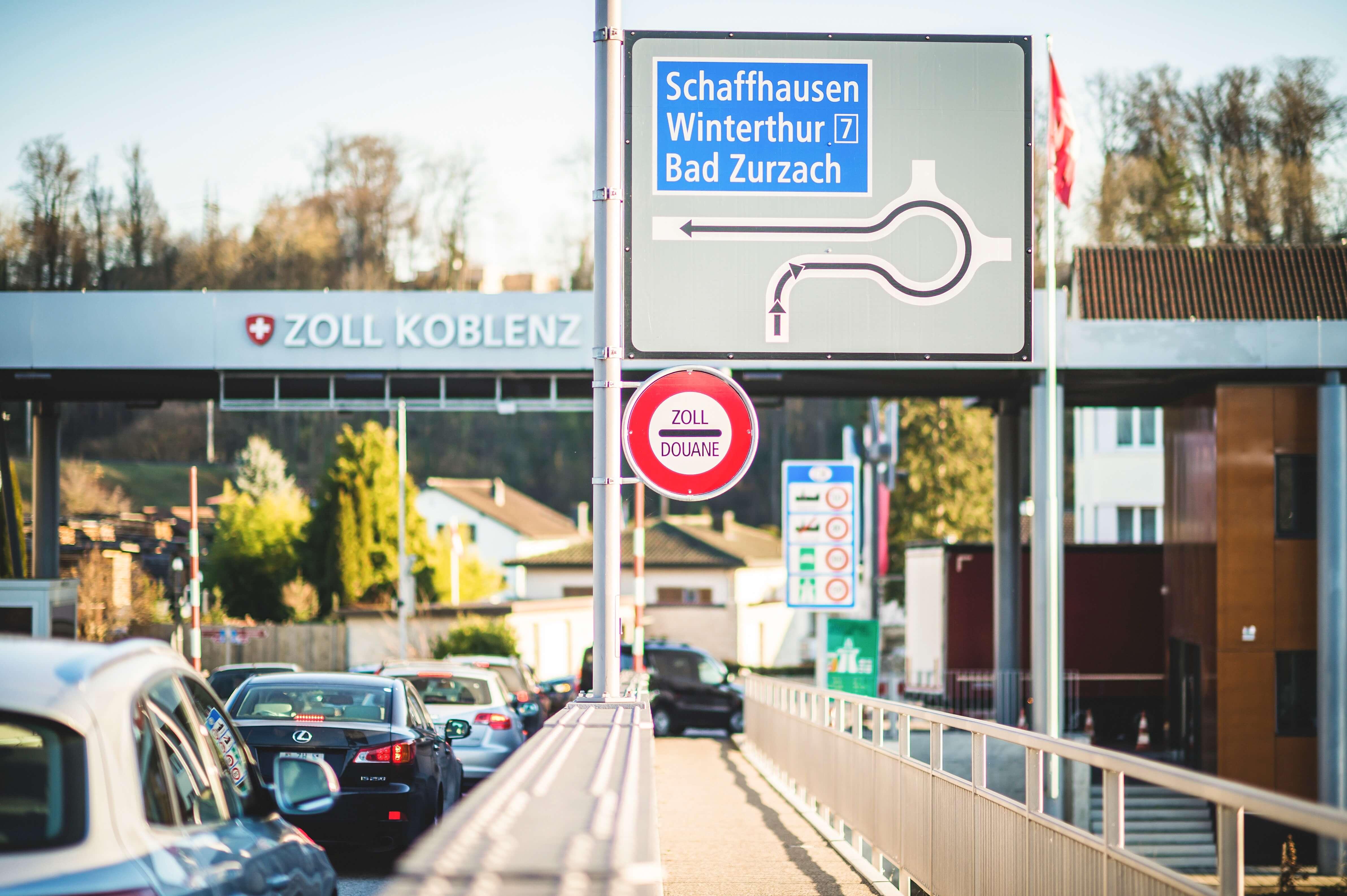 Autos im stockenden Verkehr vor einem Grenzüberganges von der Schweiz nach Deutschland