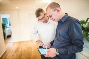 Mitarbeiter FineSolutions Supportabteilung testen Zoll-Softwarelösung Tablet