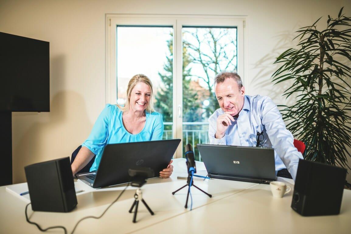 Lea & Markus beim Aufnehmen eines Webinars