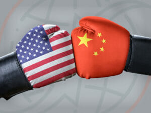 Zwei Boxhandschuhe in Aktion mit USA- & China-Muster
