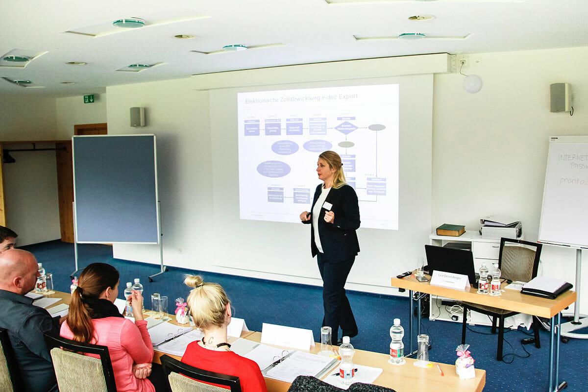 frau hält Vortrag vor Teilnehmern