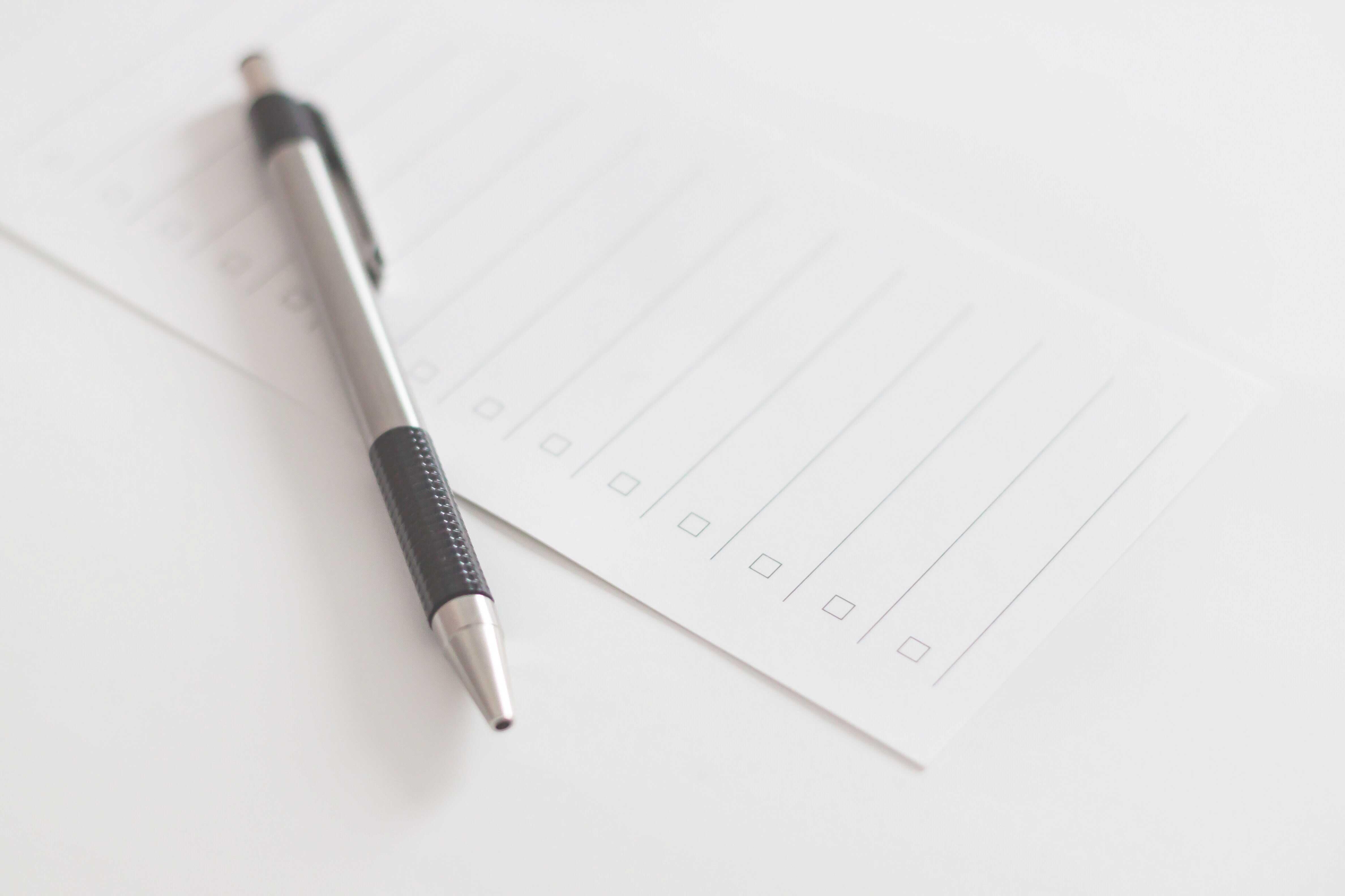 Stift auf leerer Checkliste